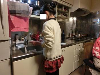 ケーキ皿などを洗うクニコ.jpg