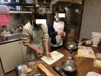 姉妹で調理.jpg