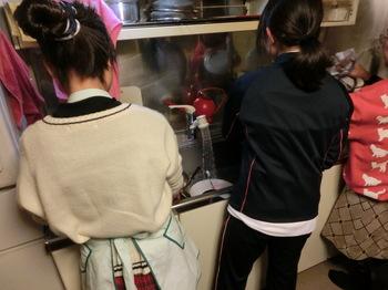 食器洗いをする姉妹.JPG